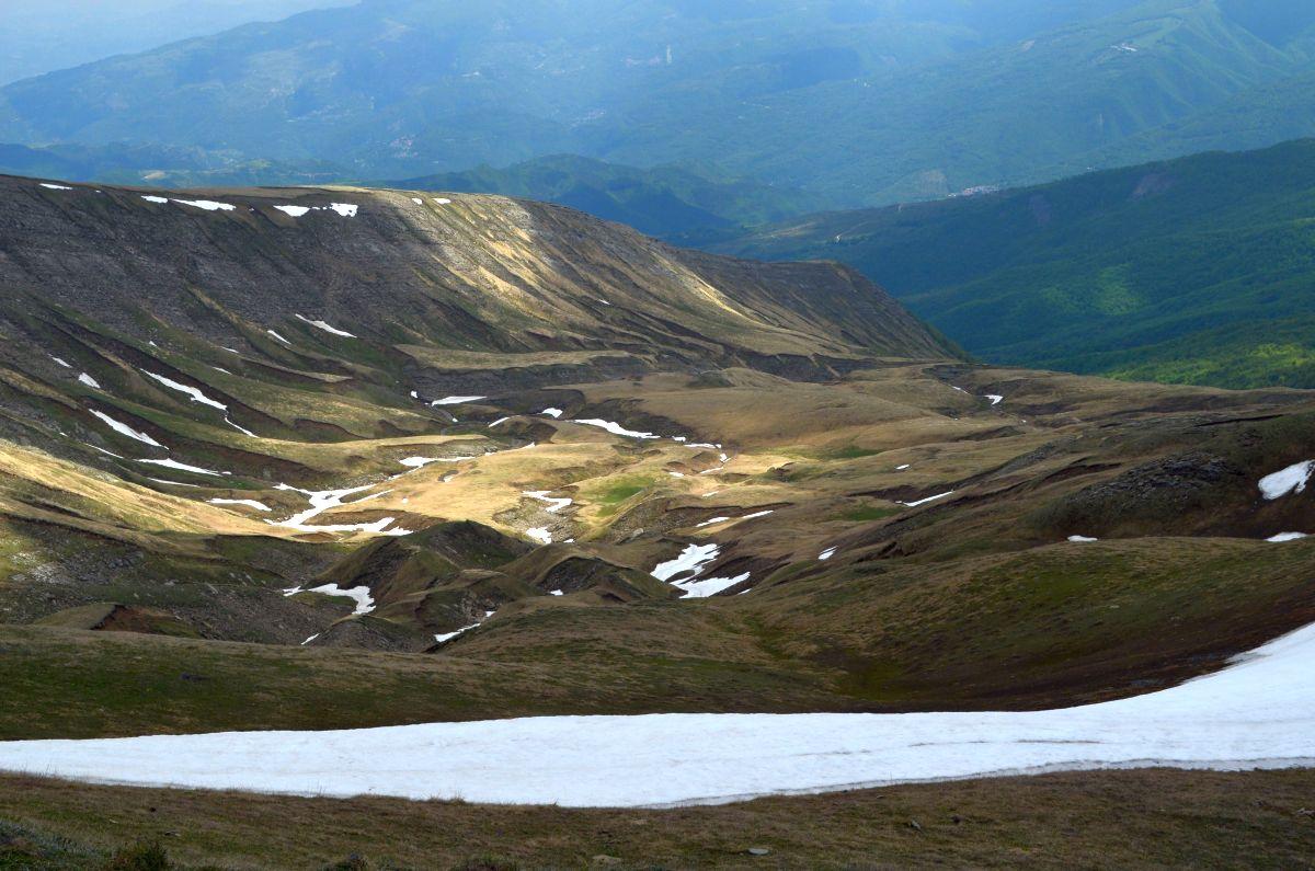 La valle glaciale delle Cento Cascate. In primo piano i resti della soglia del circo glaciale