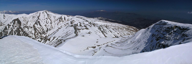 La valle glaciale di Fiumata con, sulla sn, la sella di trasfluenza verso la Valle di Selva Grande